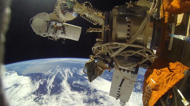 Российские космонавты успешно установили камеры на внешней поверхности МКС