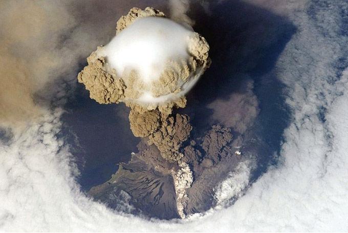 Удивительное видео извержения вулкана, снятое из космоса