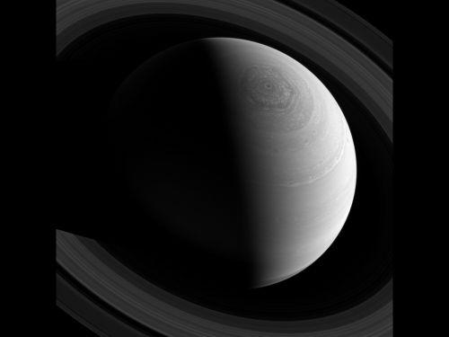 Кольца Сатурна и знаменитый шестигранный полярный шторм на снимке Cassini