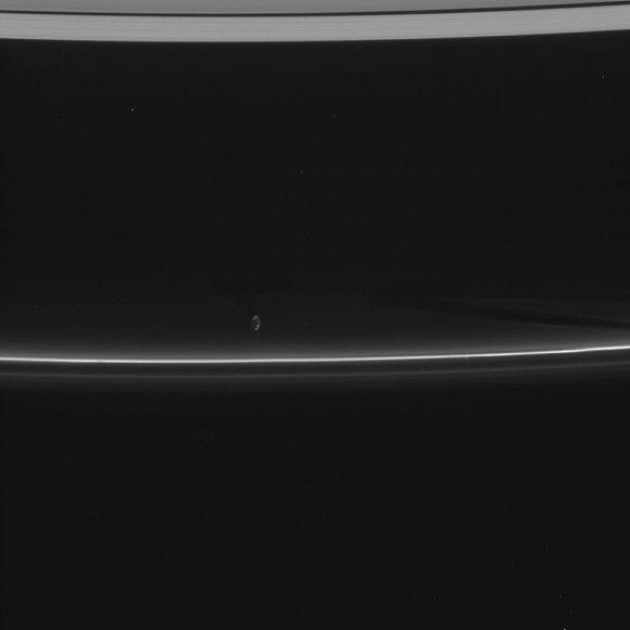 Прометей испытывает силу своей гравитации на кольце F Сатурна