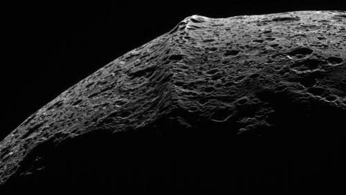 Экваториальная горная цепь Япета, возможно, имеет экзогенное происхождение