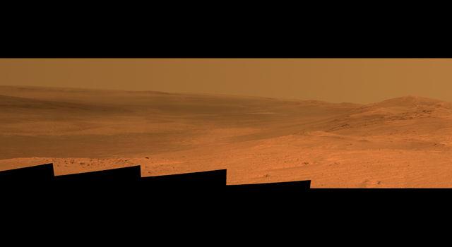 Марсоход Opportunity делает снимок местности с вершины Murray Ridge