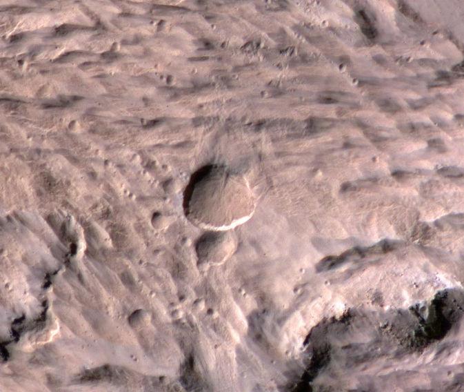 Камера для наблюдений за погодой на Марсе помогла обнаружить новый кратер