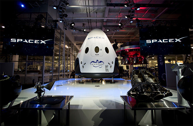 Компания SpaceX представила публике пилотируемую капсулу Dragon V2