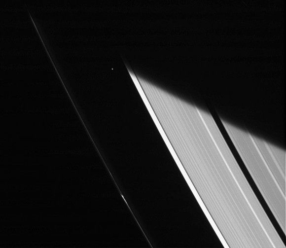 Бледное пятнышко: спутник Сатурна Атлас между кольцами газового гиганта