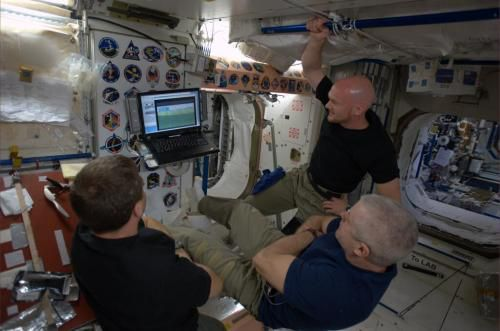 Фото: астронавты смотрят Кубок Мира на борту МКС