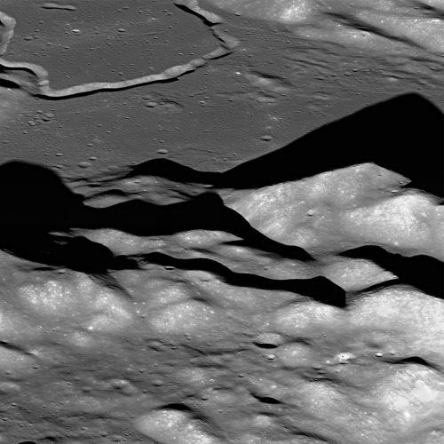Фото: паря над лунной горой Mt. Hadley