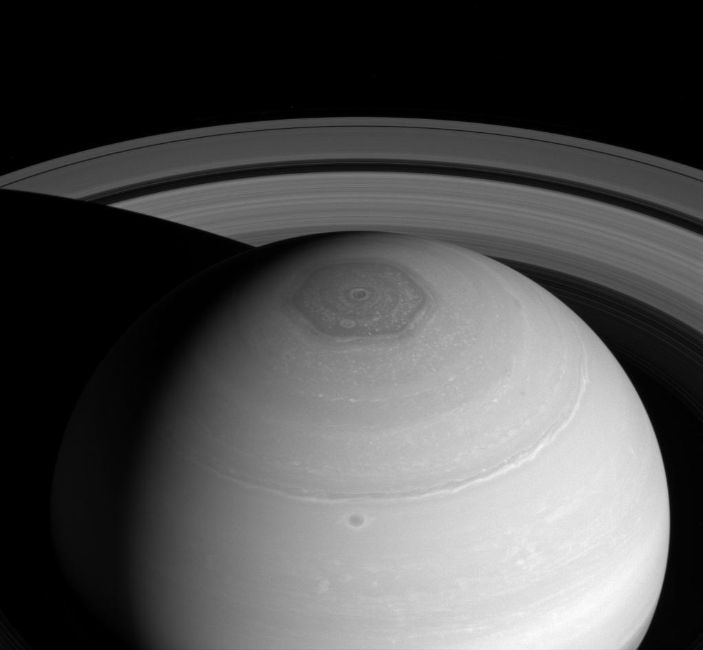 Кольца Сатурна и его Шестигранник на удивительном снимке Cassini