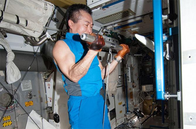 Члены экипажа МКС подвергнут