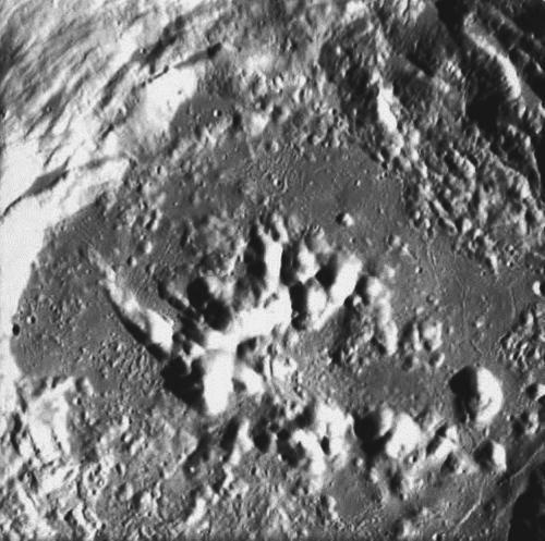 Фото: поверхность лунного кратера Zucchius