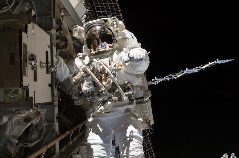 NASA перенесло выход астронавтов в космос (2 фото)