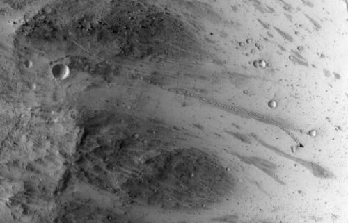 Камера HiRISE сделала снимок камня, который скатился с холма на Марсе