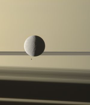 Снимок Cassini: спутники Сатурна - Рея и Эпиметей