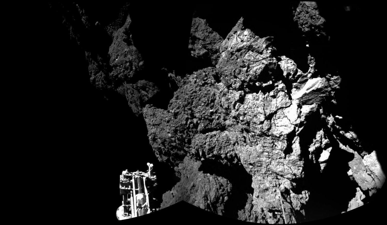 Опубликован первый снимок с поверхности кометы