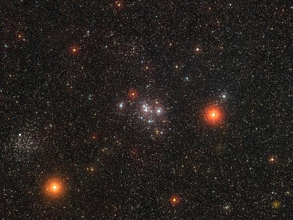Впечатляющее сияние звездного скопления в далеком космосе