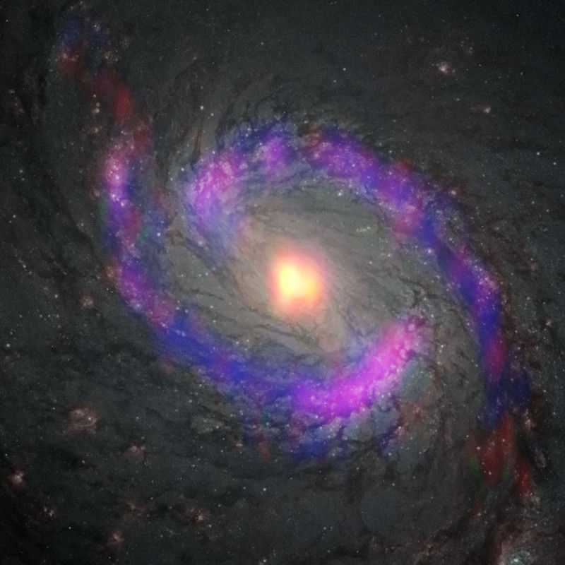 Молекулы прячутся от радиации в карманах вокруг сверхмассивной черной дыры