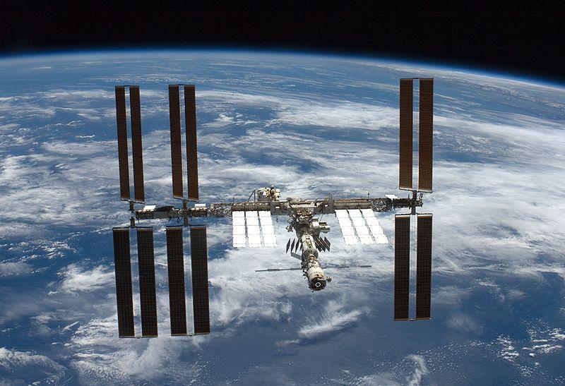 В пятницу космический экипаж оправится на МКС, где проведет год