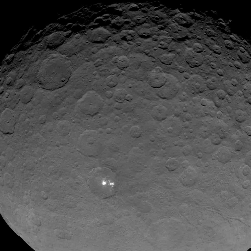 Какова природа ярких пятен на поверхности Цереры? НАСА предлагает голосовать!