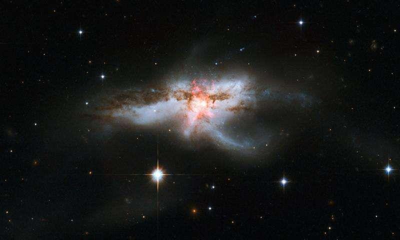 Телескоп Хаббл сделал новый снимок галактики NGC 6240
