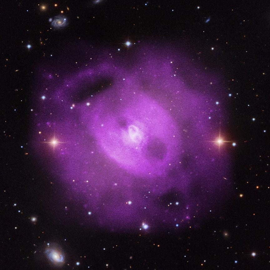Обсерватория «Чандра» наблюдает множественные извержения черной дыры