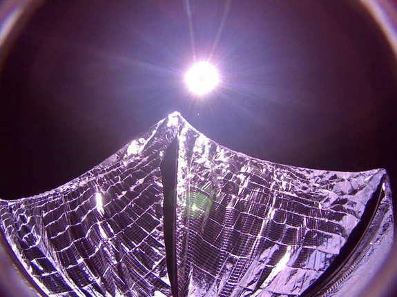 Космический аппарат LightSail сделал селфи солнечного паруса