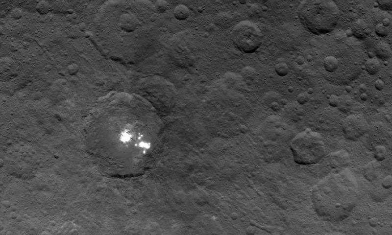 Получены новые рекордно точные снимки ярких пятен на Церере