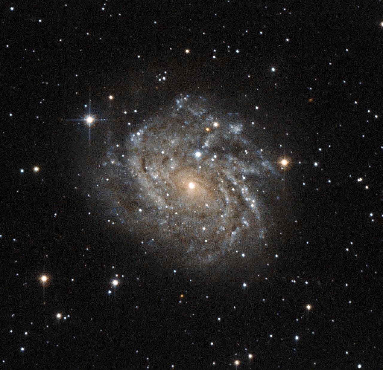 «Хаббл» наблюдает завораживающую спиральную галактику